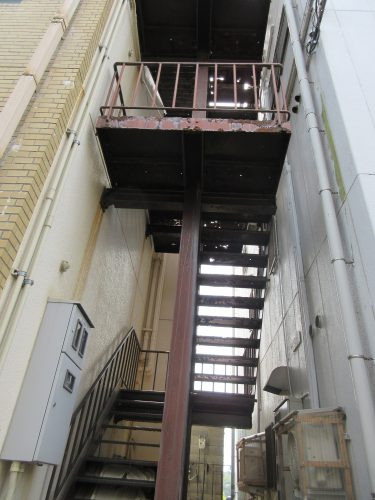 つたや廃墟階段